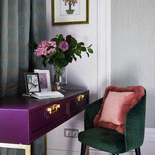 Источник вдохновения для домашнего уюта: хозяйская спальня в современном стиле с белыми стенами и коричневым полом