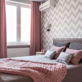 モスクワの中サイズのコンテンポラリースタイルのおしゃれな主寝室 (グレーの壁、ラミネートの床、ベージュの床) のレイアウト