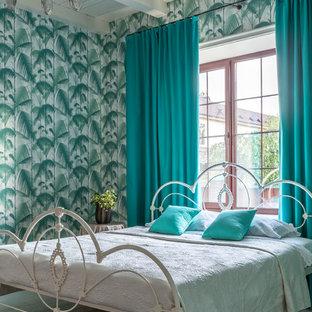 Пример оригинального дизайна: спальня в стиле фьюжн с разноцветными стенами, темным паркетным полом и коричневым полом