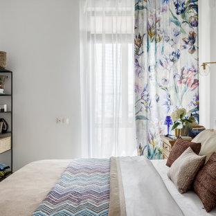 На фото: спальня среднего размера в средиземноморском стиле с