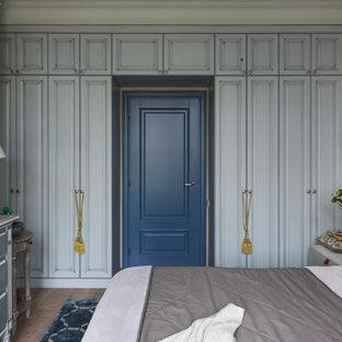 На фото: спальня в средиземноморском стиле с разноцветными стенами, темным паркетным полом и коричневым полом с