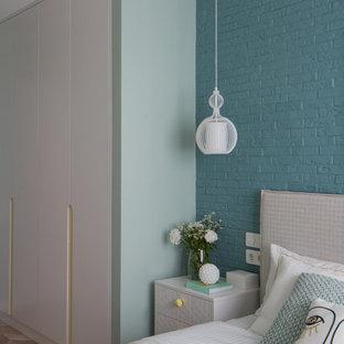 Modelo de dormitorio principal y ladrillo, contemporáneo, ladrillo, con suelo de corcho y ladrillo