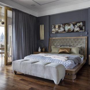 Неиссякаемый источник вдохновения для домашнего уюта: огромная хозяйская спальня в современном стиле с серыми стенами, паркетным полом среднего тона и коричневым полом