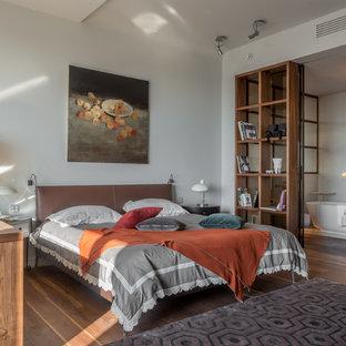 Imagen de dormitorio principal, actual, sin chimenea, con paredes blancas y suelo de madera oscura