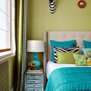 Неиссякаемый источник вдохновения для домашнего уюта: спальня в стиле фьюжн с зелеными стенами и разноцветным полом