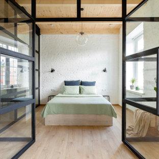 Пример оригинального дизайна: спальня в стиле лофт с белыми стенами, светлым паркетным полом, бежевым полом, деревянным потолком и кирпичными стенами