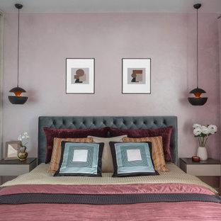 На фото: маленькая хозяйская спальня в современном стиле с розовыми стенами, полом из ламината и бежевым полом с