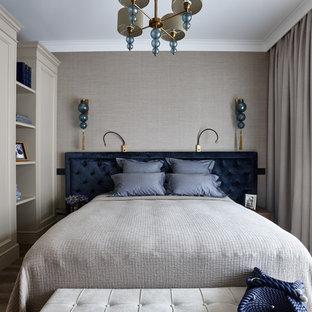 Пример оригинального дизайна: хозяйская спальня в стиле современная классика с серыми стенами и паркетным полом среднего тона