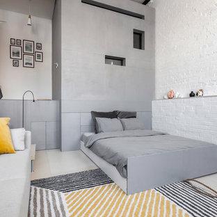 Bild på ett mellanstort funkis sovloft, med vita väggar, plywoodgolv och beiget golv