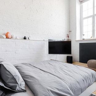 Свежая идея для дизайна: спальня среднего размера в современном стиле с белыми стенами, полом из фанеры и бежевым полом без камина - отличное фото интерьера