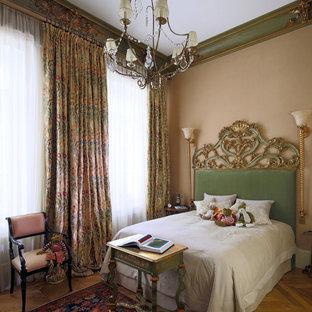 Неиссякаемый источник вдохновения для домашнего уюта: гостевая спальня в викторианском стиле с бежевыми стенами и паркетным полом среднего тона