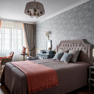 На фото: хозяйская спальня в классическом стиле с серыми стенами, паркетным полом среднего тона и коричневым полом с