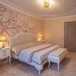 Esempio di una camera matrimoniale chic con pareti arancioni, pavimento in sughero e pavimento beige