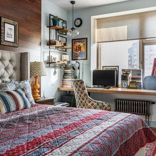 На фото: хозяйские спальни в стиле фьюжн с паркетным полом среднего тона и коричневым полом