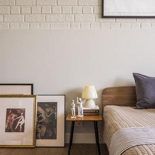 Свежая идея для дизайна: хозяйская спальня в стиле модернизм с белыми стенами, темным паркетным полом и коричневым полом - отличное фото интерьера