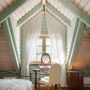 Идея дизайна: спальня в стиле кантри с бежевыми стенами и коричневым полом