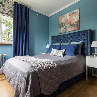 Неиссякаемый источник вдохновения для домашнего уюта: хозяйская спальня в современном стиле с синими стенами, паркетным полом среднего тона и коричневым полом