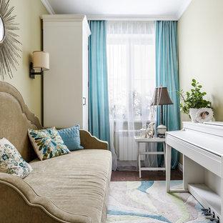 Источник вдохновения для домашнего уюта: хозяйская спальня в стиле современная классика с бежевыми стенами и темным паркетным полом
