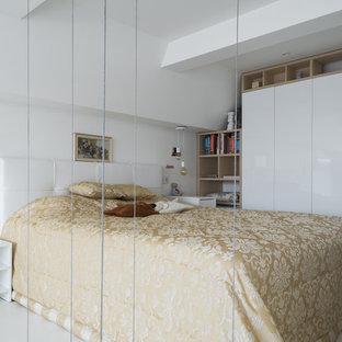 Неиссякаемый источник вдохновения для домашнего уюта: спальня в современном стиле с белыми стенами, белым полом и деревянным полом