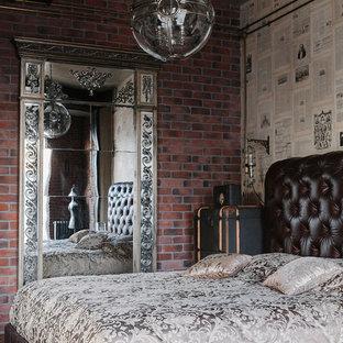 Стильный дизайн: хозяйская спальня в стиле лофт с коричневыми стенами - последний тренд