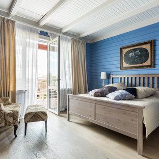 На фото: хозяйские спальни в стиле кантри с синими стенами, светлым паркетным полом и бежевым полом