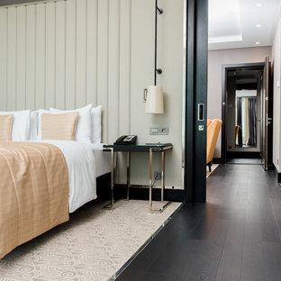 Неиссякаемый источник вдохновения для домашнего уюта: хозяйская спальня в современном стиле с белыми стенами, темным паркетным полом и черным полом
