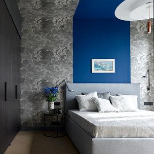 Свежая идея для дизайна: большая хозяйская спальня в современном стиле с разноцветными стенами, ковровым покрытием и серым полом - отличное фото интерьера