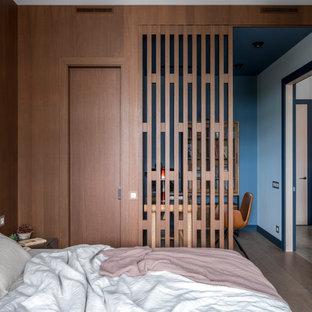 Свежая идея для дизайна: маленькая хозяйская спальня в стиле современная классика с синими стенами, паркетным полом среднего тона и коричневым полом - отличное фото интерьера