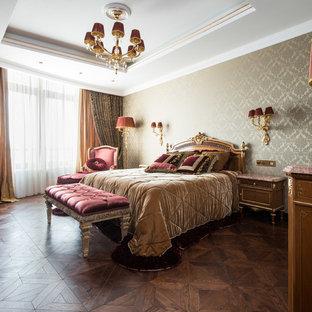 Создайте стильный интерьер: большая хозяйская спальня в классическом стиле с бежевыми стенами и темным паркетным полом - последний тренд