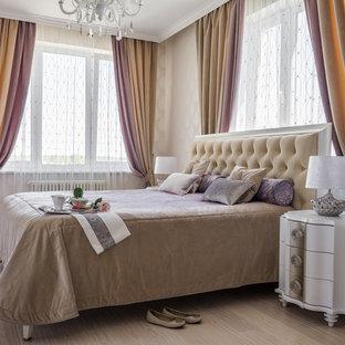 Пример оригинального дизайна: хозяйская спальня с бежевыми стенами, светлым паркетным полом и бежевым полом