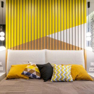 Идея дизайна: хозяйская спальня в современном стиле с разноцветными стенами