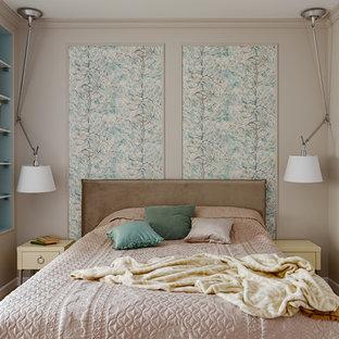 Свежая идея для дизайна: спальня среднего размера в стиле современная классика с бежевыми стенами, светлым паркетным полом и бежевым полом без камина - отличное фото интерьера