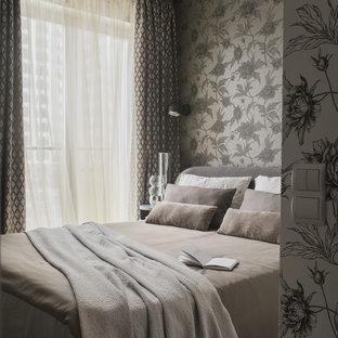 Diseño de dormitorio principal, contemporáneo, pequeño, sin chimenea, con paredes grises, suelo de madera clara y suelo gris
