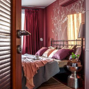 Modernes Hauptschlafzimmer mit roter Wandfarbe, braunem Holzboden und braunem Boden in Sonstige