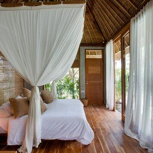 На фото: спальня в морском стиле с паркетным полом среднего тона и коричневым полом