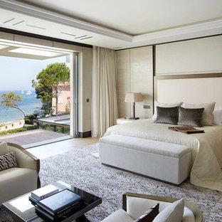 Свежая идея для дизайна: спальня в современном стиле с бежевыми стенами, темным паркетным полом и коричневым полом - отличное фото интерьера