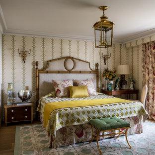 На фото: хозяйская спальня в классическом стиле с бежевыми стенами, паркетным полом среднего тона и коричневым полом с