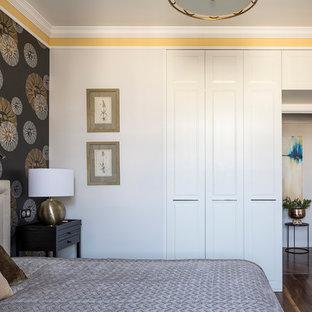 На фото: хозяйская спальня в стиле современная классика с темным паркетным полом, коричневым полом и желтыми стенами с