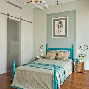 Идея дизайна: спальня в современном стиле с серыми стенами, паркетным полом среднего тона и оранжевым полом