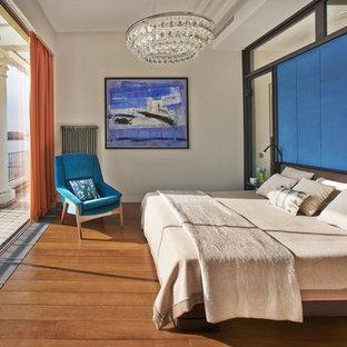 Идея дизайна: хозяйская спальня в современном стиле с белыми стенами, паркетным полом среднего тона и оранжевым полом