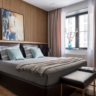 Неиссякаемый источник вдохновения для домашнего уюта: хозяйская спальня среднего размера в современном стиле с коричневыми стенами, паркетным полом среднего тона и коричневым полом