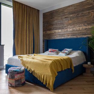 На фото: хозяйская спальня в современном стиле с коричневыми стенами, паркетным полом среднего тона и коричневым полом
