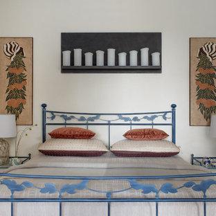 На фото: маленькая гостевая спальня в средиземноморском стиле с бежевыми стенами, полом из керамической плитки и коричневым полом с