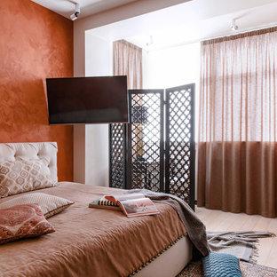 Réalisation d'une chambre asiatique avec un mur orange, un sol en bois clair et un sol beige.