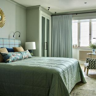 Idee per una camera matrimoniale minimal di medie dimensioni con nessun camino, pareti verdi e pavimento in legno massello medio