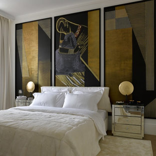Стильный дизайн: хозяйская спальня в современном стиле с белыми стенами, светлым паркетным полом и бежевым полом - последний тренд