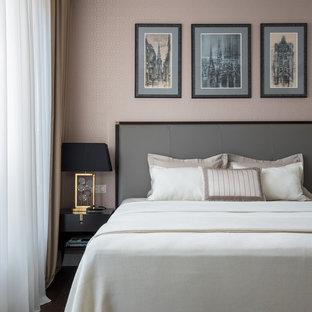 Неиссякаемый источник вдохновения для домашнего уюта: маленькая хозяйская спальня в стиле современная классика с темным паркетным полом, коричневым полом и розовыми стенами без камина