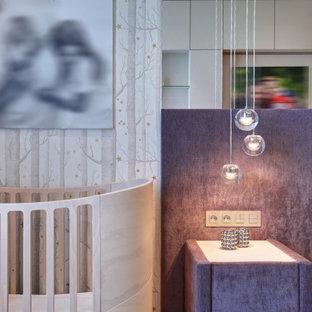 Diseño de dormitorio principal y papel pintado, actual, papel pintado, con paredes beige, suelo de corcho, suelo beige y papel pintado