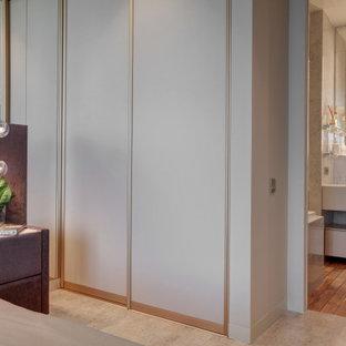 Modelo de dormitorio principal y papel pintado, actual, papel pintado, con paredes beige, suelo de corcho, suelo beige y papel pintado