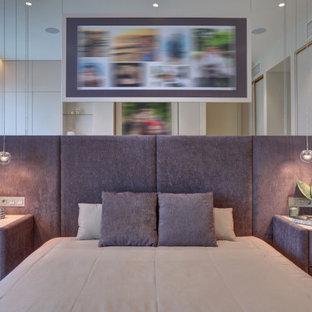 Foto de dormitorio principal y papel pintado, contemporáneo, papel pintado, con paredes beige, suelo de corcho, suelo beige y papel pintado
